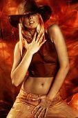 attraktiv Blond tanzen, rot und goldenen Hintergrund