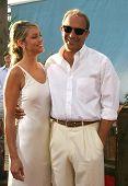 LOS ANGELES - 11 de ago: Kevin Costner; noivo Christine Baumgartner, na estréia de 'Open Range' em Au