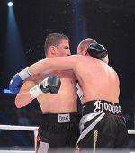 ODESSA, UKRAINE - 21. Juli: Vyacheslav Uzelkov (rechts) Vs Mohamed Belkacem im Kampf um die WBO-Inter-Con