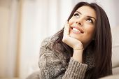 Closeup Portrait of a Happy young beautiful Woman, die Entspannung zu Hause