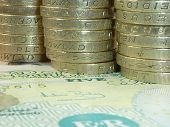 Постер, плакат: Британские банкноты со стеком Великобритании фунт монеты