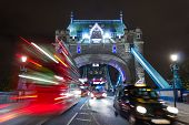 Tower Bridge-Busse und ein taxi