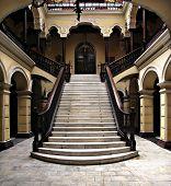 Escada colonial no Palácio de arcebispos em Lima Peru