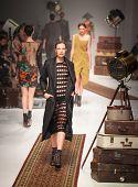 MELBOURNE - Marzo 17: Un modelo presenta diseños de Cartell de Manning en el Fas de Melbourne 2011 L'Oreal