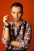 Постер, плакат: Знаменитости сходство Джонни глубокое двойник Стильный молодой человек с сигаретой носить клетчатые Ши