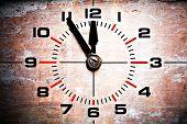cinco a doze - idade industrial mostrador de relógio mostrando 11:55 em fundo de tijolo do grunge