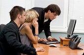 Equipe de negócios, trabalhando no computador