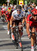 BARCELONA - 26 de AUG: Ciclista irlandés AG2R La Mondiale que Nicolas Roche paseos con el paquete durante el Vuel
