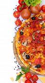 deliciosa pizza, legumes e salame isolado no branco
