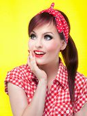 Alegre pin up girl - Retrato de estilo retro