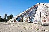 Постер, плакат: Пирамида бывший музей Henver Хокса в Тиране