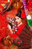 Mujer de flamenco con el torero y elementos típicos España Espana como fan de castañuelas y peine