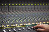 Große Musik-Mixer-Schreibtisch In Recotding Studio