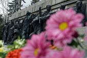 picture of burial  - Flowers are left at the Soviet war memorial  - JPG