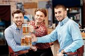 Постер, плакат: Friends have a beer at the pub