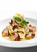 Постер, плакат: Тальятелле с грибами сливочный соус трюфель и листьев базилика