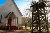 Iglesia con campana en un cementerio