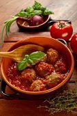 Schale mit Frikadellen und Tomatensauce