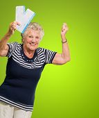 Retrato de Senior mujer Holding Boarding Pass animar en fondo verde