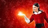 Portrait of beautiful Girl Santa Claus Kleidung tragen, auf rotem Hintergrund