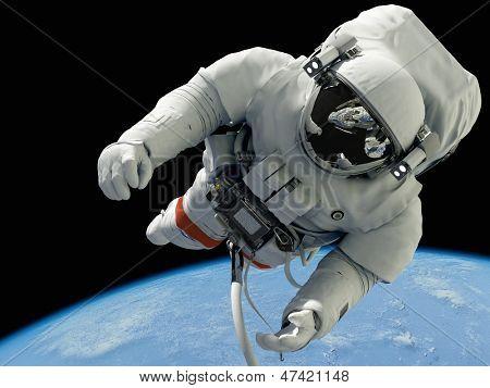 Постер, плакат: Астронавт на фоне планеты «Элементы этого изображения представленной НАСА», холст на подрамнике