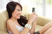 Niña sonriente joven belleza con Handphone