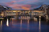 Puente de piedra Ponte Vecchio en Florencia, Italia