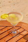 Daiquiri cocktail met ijs op de tafel tegen de achtergrond van de zee