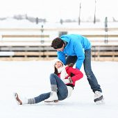 Eislaufen Couple having Winter Fun on Ice Skates im alten Hafen, Montreal, Quebec, Kanada.