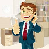 Geschäftsmann im Büro gute Nachricht am Telefon berichtet und zeigt alles ok ist