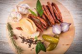 Frankfurterki weltweit bekannten und geliebten kleinen dünnen Würstchen