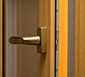 Identificador de la ventana en la ventana de la fibra de vidrio. Color oro.