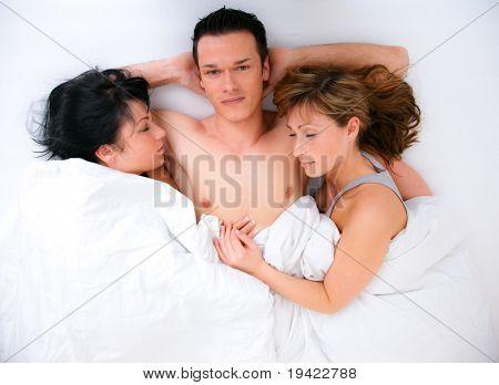 фото втроем в постели