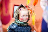 Adorable niña al aire libre recoger huevos de chocolate como parte de la tradición de semana Santa en Finlandia
