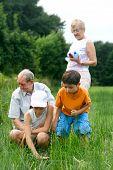 Niños disfrutando de tiempo especial con los abuelos