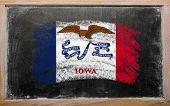 Bandera de nosotros del estado de Iowa en pizarra pintada con tiza