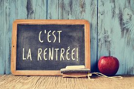 foto of red back  - a chalkboard with the text cest la rentree - JPG