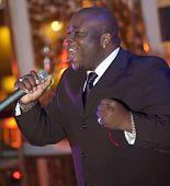 Hombre africano cantando en vivo