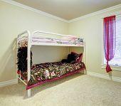 Dormitorio de los niños con doble litera metálica.