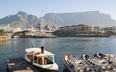 Victoria and Alfred Waterfront con Table Mountain en fondo