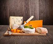 Deliciosos queijos franceses frescos servidos na mesa de madeira