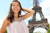 埃菲尔铁塔在巴黎旅游的女人