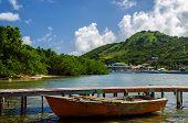 Viejo barco y la Isla Tropical