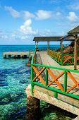 Muelle y aguas tropicales