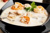 Sopa Tom Yum con camarones en leche de coco