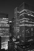 New York City wolkenkrabber in de nacht. BW