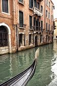 Постер, плакат: Prow Of A Venetian Gondola On A Rainy Day