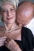 Retrato de um homem beijando o pescoço da esposa