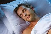 Junge Mann in seinem Bett schlafen