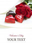 Tarjeta de San Valentín.Corazones de chocolate y rosa roja